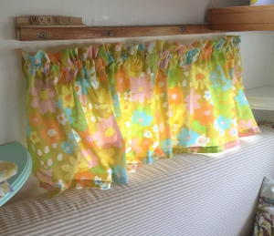 DIY No-Sew curtains from a vintage bed-sheet